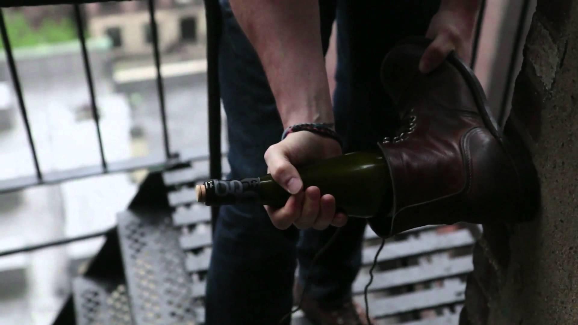 ouvrir une bouteille avec une chaussure