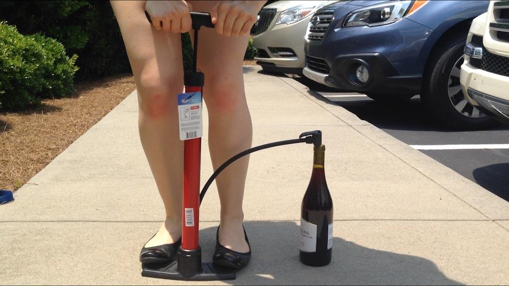 ouvrir une bouteille avec une pompe