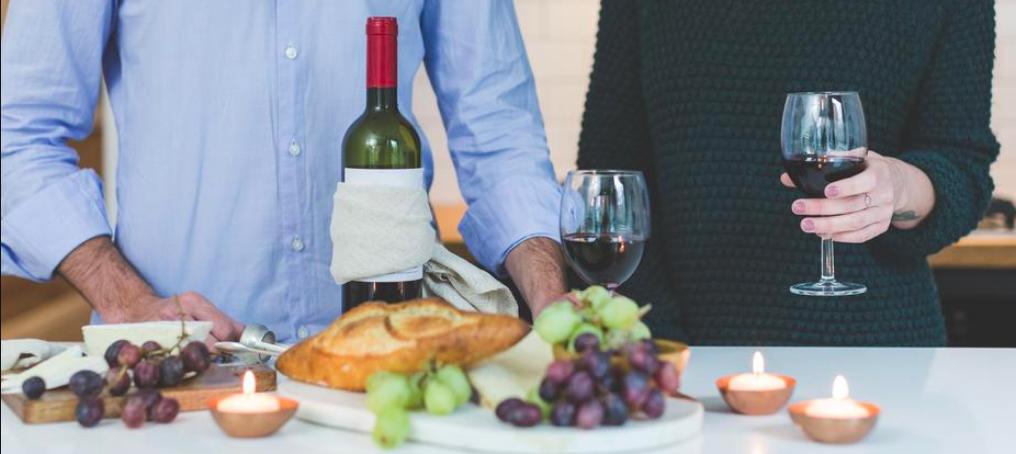 soirée en amoureux avec du vin